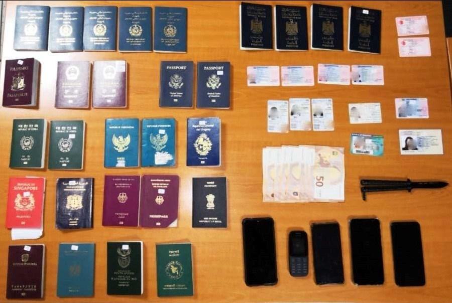Μερικά από τα έγγραφα που βρέθηκαν και κατασχέθηκαν από τις Αρχές στο κατάστημα στη Λιοσίων