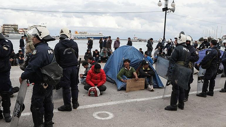 Μυτιλήνη: Διαδήλωση αιτούντων άσυλο στο λιμάνι της πόλης